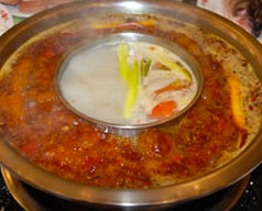 hot pot-uomo va a fuoco mangiando