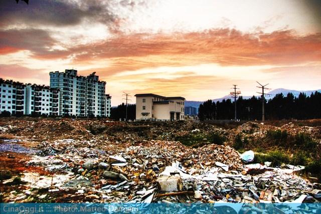 Inizialmente, il governo doveva procurare un lavoro e nuovi appartamenti in città per i lavoratori non qualificati, per compensarli della perdita delle loro case. Questa pianificazione inefficace e dispendiosa, fu però presto abbandonata nel primo periodo delle riforme cinesi.