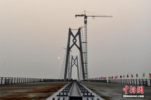 Hong Kong beneficerà della struttura sul lungo periodo, potenziando il flusso di merci verso la Cina e di manodopera.