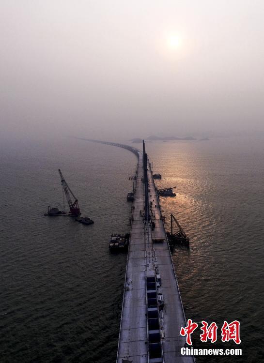 Il ponte consentirà di alleggerire il traffico alla frontiera Hong Kong-Shenzhen.