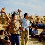 1971. Tempo di raccolta nei campi. Una performance di propaganda per i coltivatori.