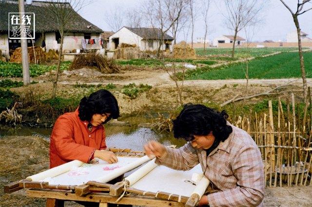 1970s. Zhejiang. Donne intente nei ricami.