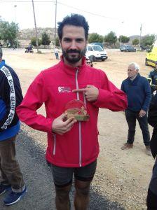 Carlos orgulloso de su trofeo y de su Club