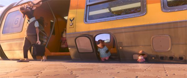 Les détails bien vus: les trains aux portes adaptées à la taille des bestioles. - image Disney