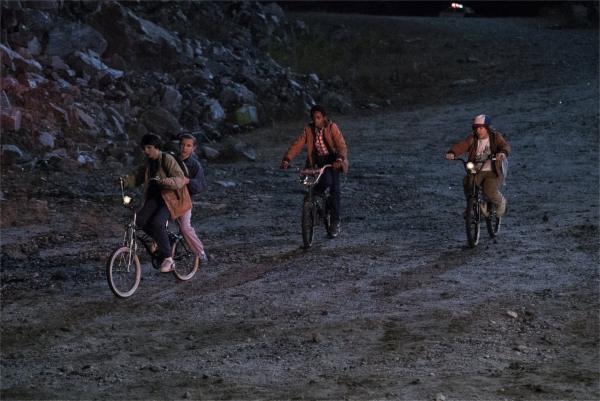 E.T. ne tient plus dans le panier à bagages, mais il continue à pédaler de nuit avec ses potes. - photo Netflix