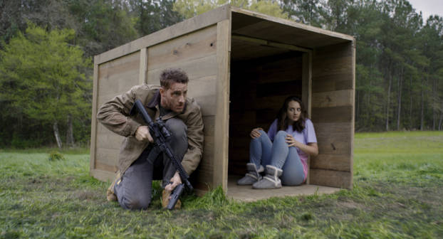 Justin Hartley à côté de la caisse d'armes