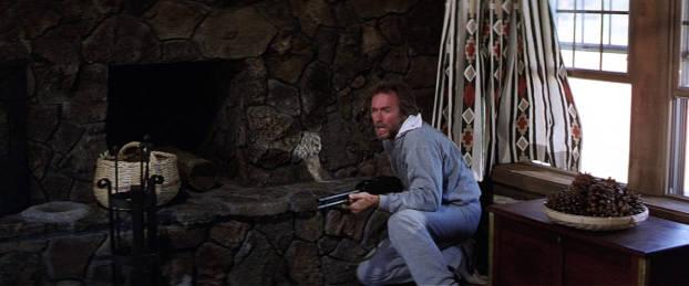 Eastwood retranché chez lui avec son arme