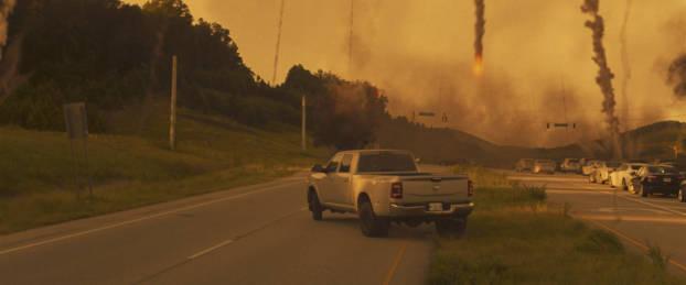 Pick-up sur l'autoroute sous les morceaux de comète