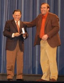 Cruz Delgado recibe la Medalla CEC de manos de su presidente Jerónimo José Martín