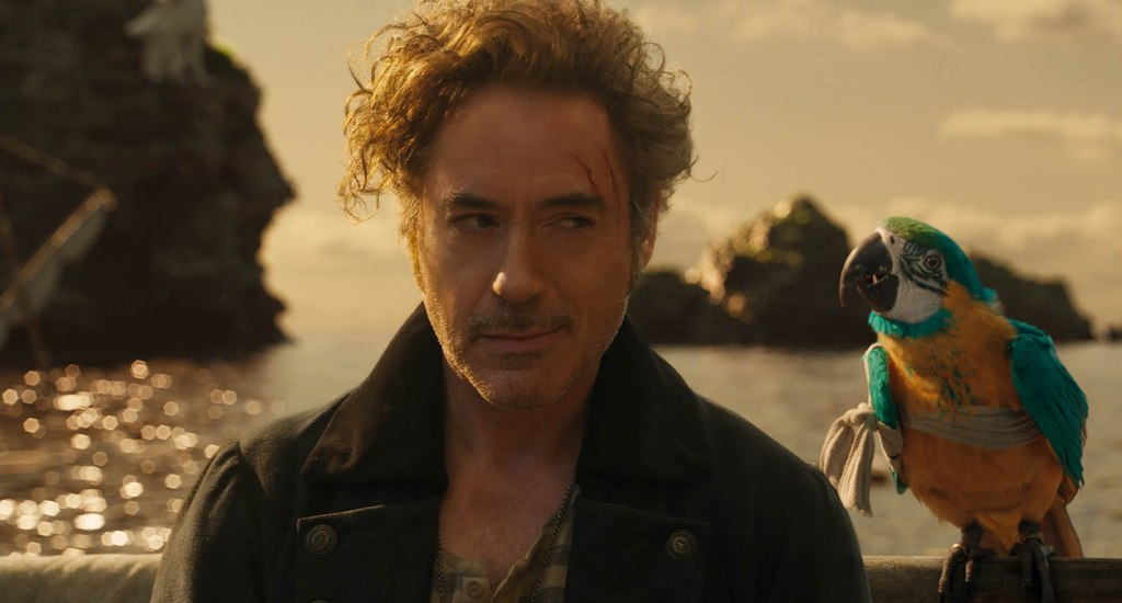Robert Downey Jr dans Dolittle, avec son perroquet Polynesia