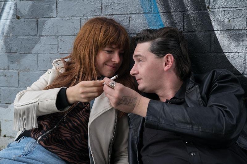 Jessie Buckley et James Harkness dans Wild Rose