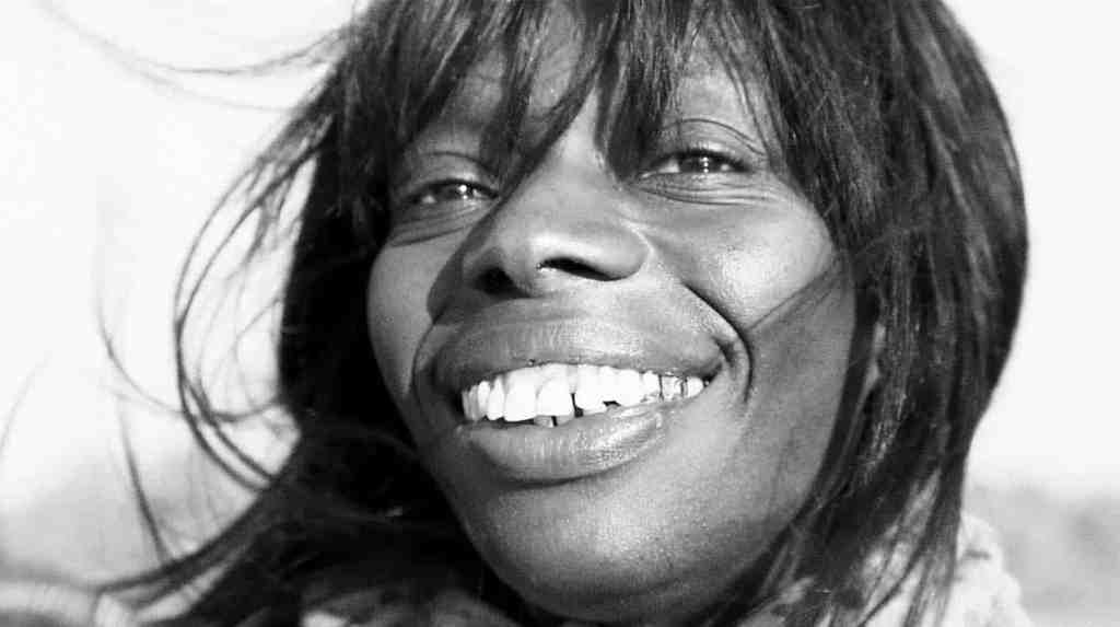 Magnifique sourire d'une habitante des Mureaux, dans De cendres et de braises