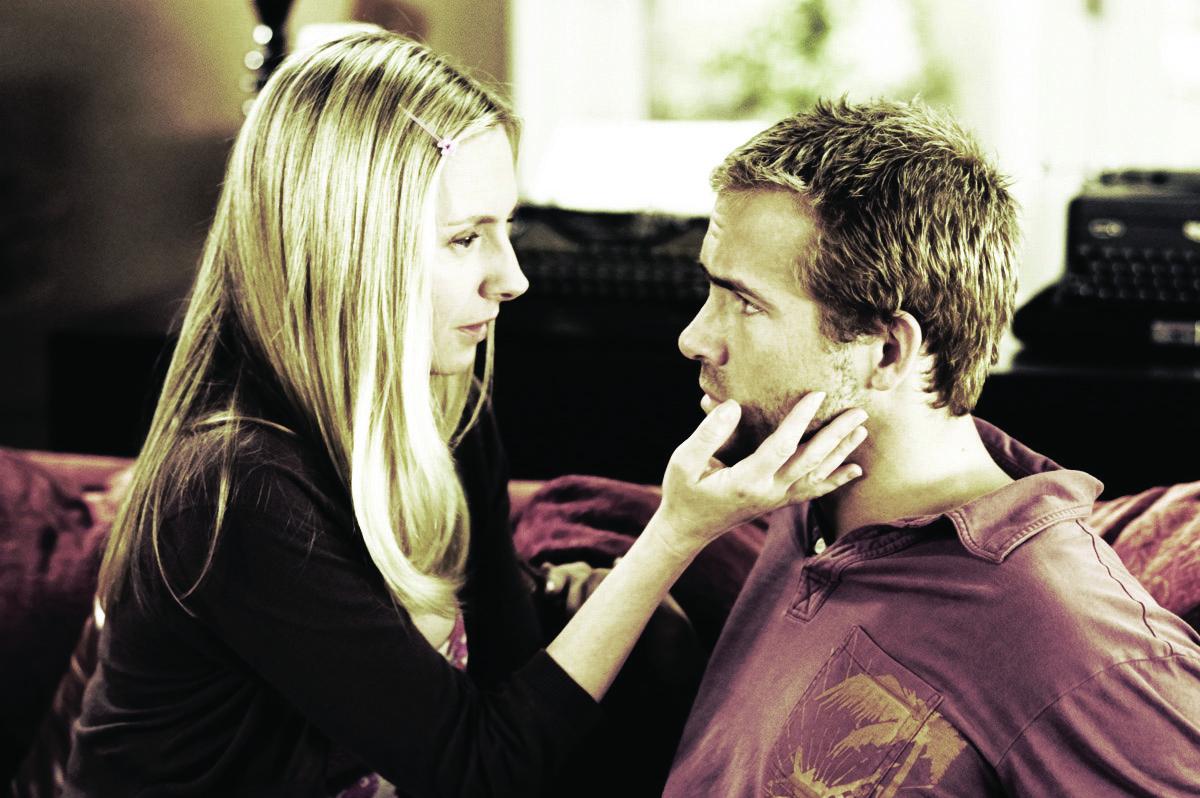 Sarah (Hope Davis) and Gary (Ryan Reynolds)