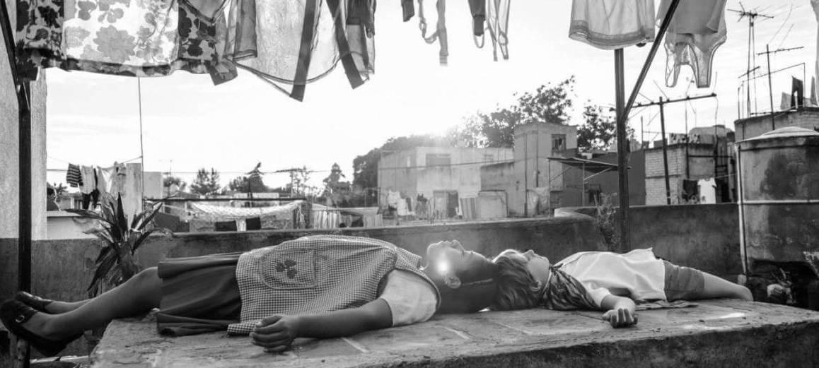 Roma, filme original Netflix de Alfonso Cuarón. Cena com Cleo e Pepe deitados, fingindo-se de mortos
