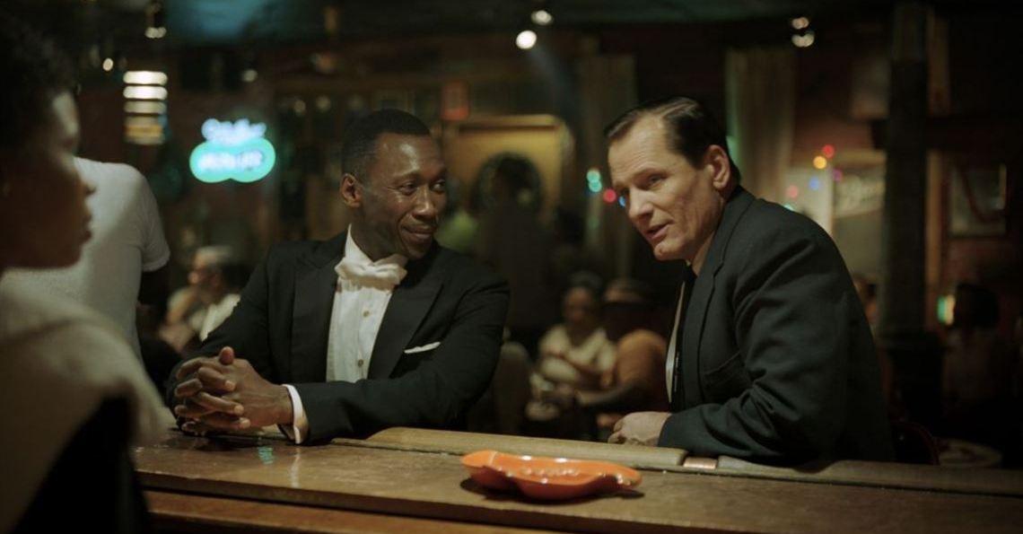 Green Book: O Guia - cena do filme com Mahershala Ali e Viggo Mortensen no bar