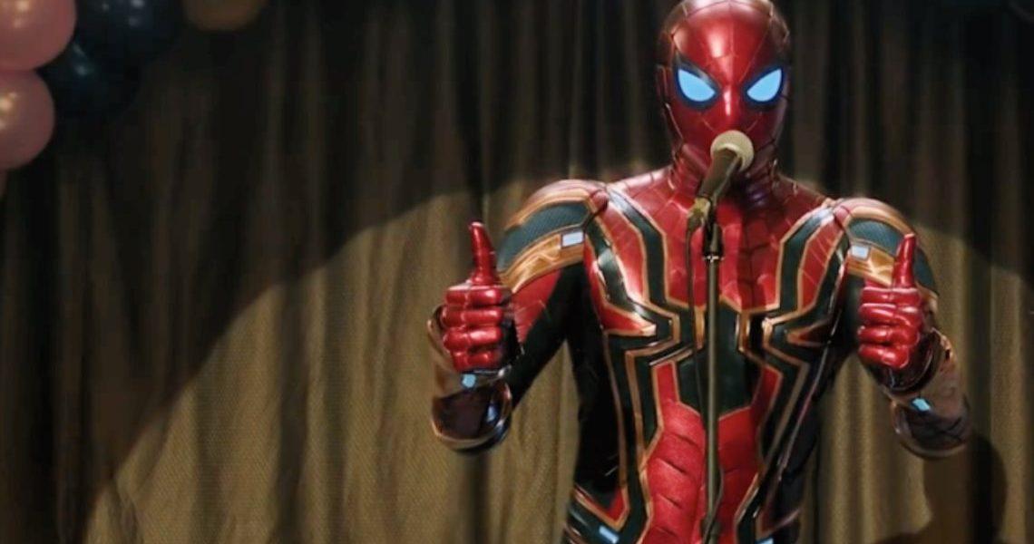 Longe de Casa - Homem Aranha: Longe de Casa. O super-herói com a armadura mais forte falando em um microfone