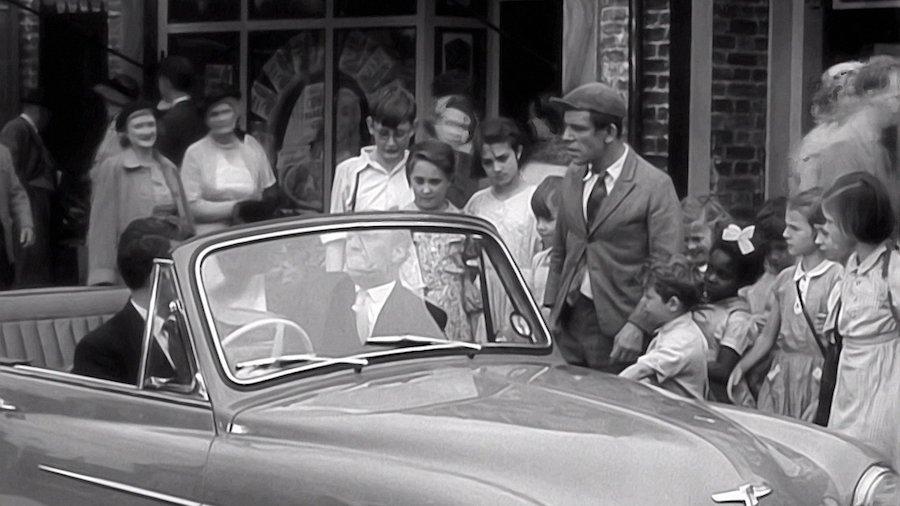 One Good Turn / Plus on est de fous (1955)