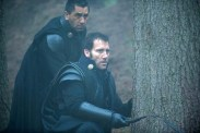 Cliff Curtis et Clive Owen dans Last Knights (2015)