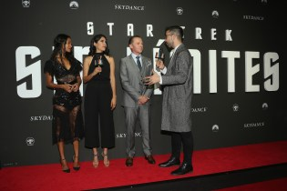 """MEXICO CITY, MEXICO - AUGUST 30: Actress Zoe Saldana and actor Simon Pegg speak with host David Alfaro during the premiere of the Paramount Pictures title """"Star Trek Beyond"""" at Cinemex Antara Polanco on August 30, 2016 in Mexico City, Mexico. (Photo by Victor Chavez/Getty Images for Paramount Pictures). *** Local Caption *** Zoe Saldana;Simon Pegg;David Alfaro"""