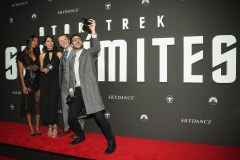 """MEXICO CITY, MEXICO - AUGUST 30: Actress Zoe Saldana, guest, actor Simon Pegg and David Alfaro take a selfie during the premiere of the Paramount Pictures title """"Star Trek Beyond"""" at Cinemex Antara Polanco on August 30, 2016 in Mexico City, Mexico. (Photo by Victor Chavez/Getty Images for Paramount Pictures) *** Local Caption *** Zoe Saldana;Simon Pegg;David Alfaro"""