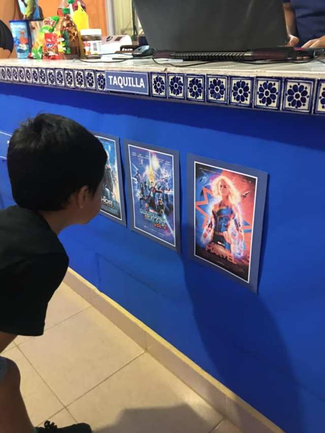Papás recrean cine en casa para su hijo 2.jpg