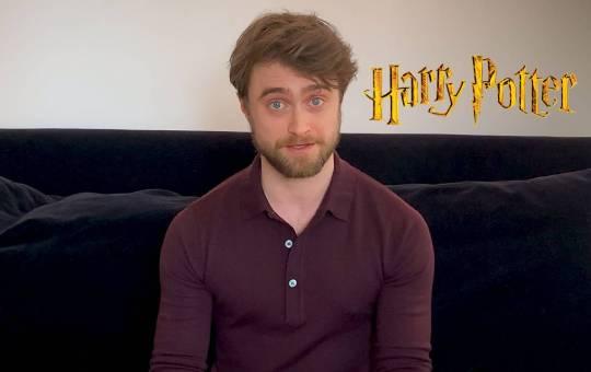fotografía de daniel radcliffe con logo de harry potter