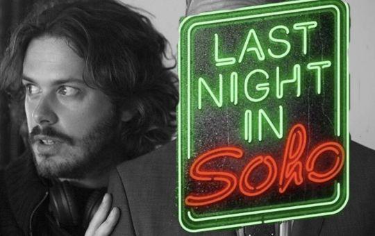 Fotografía de Edgar Wright con el logo de Last Night in Soho
