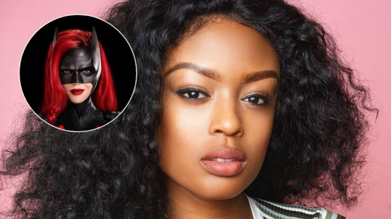 Fotografía de Javicia Leslie con imagen de Batwoman