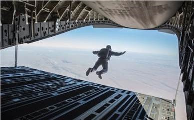 Tom Cruise es el primer actor en realizar un salto HALO
