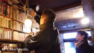 バーの雰囲気を出すためワット数が低めのアイランプ系照明を使用