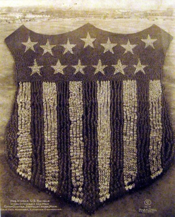 Escudo hecho con soldados