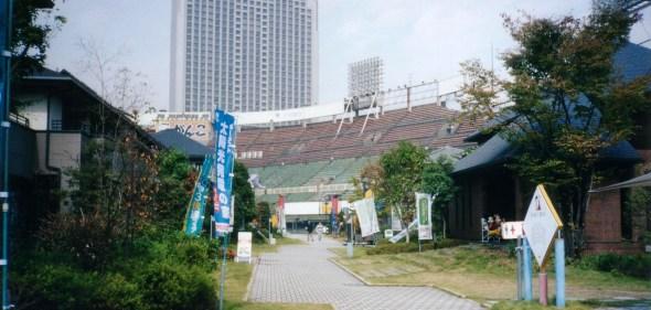 Estadio de béisbol de Osaka con casas adentro