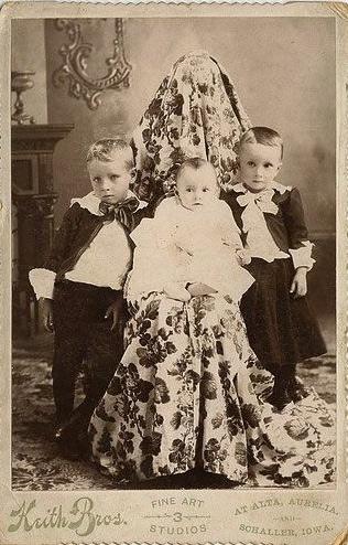 Una mamá detiene a sus hijos para la foto
