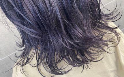 肩にかかる長さの群青色のヘアスタイル