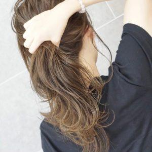 肩甲骨にかかる程度の長さの栗色のヘアスタイル