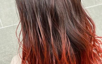 肩甲骨にかかる長さの毛先が赤色のヘアスタイル