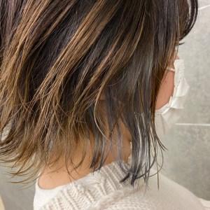 顎ぐらいの長さで髪の内側が銀色のヘアスタイル