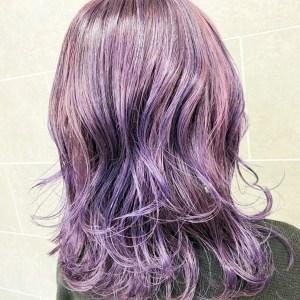肩が隠れるぐらいの長さの紫色のヘアスタイル