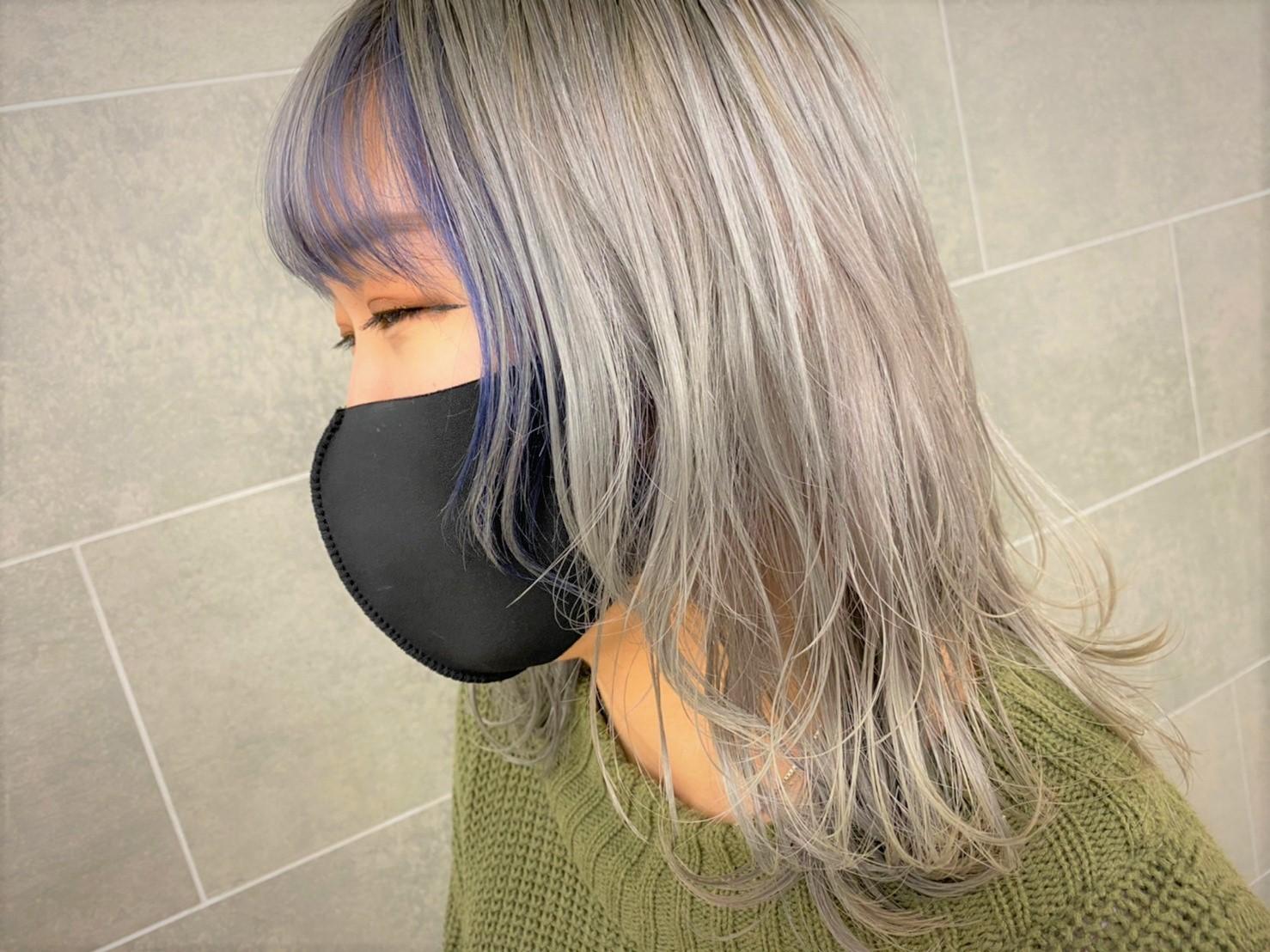 顔周りが青色で全体が銀色のヘアスタイル