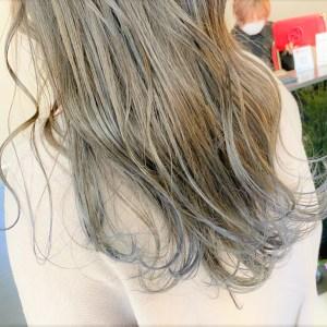 肩から胸下にかけて青色になっているグラデーションカラースタイル