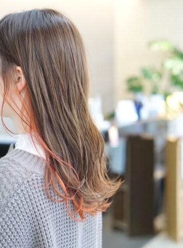 耳周りから襟足にかけて橙色になっているヘアスタイル