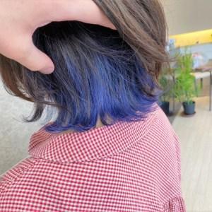 首が見える長さの毛先が跳ねたヘアスタイル