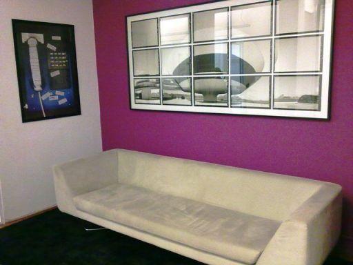Decoração com parede vinho e sofá branco