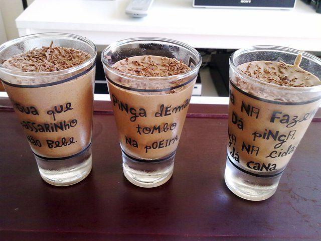 Receita de mousse de chocolate servida em copinhos de shot de tequila feita pelo site www.cintiacosta.com