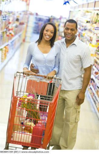 Casal recém-casado fazendo compras no supermercado