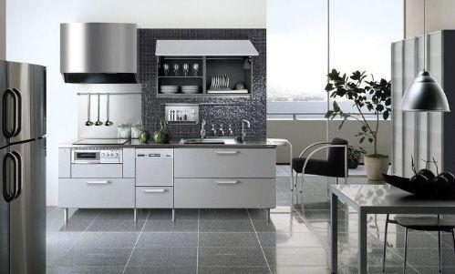 Cozinha com pastilhas pretas e móveis brancos em inox