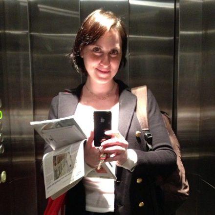 Cintia fazendo look do dia no elevador