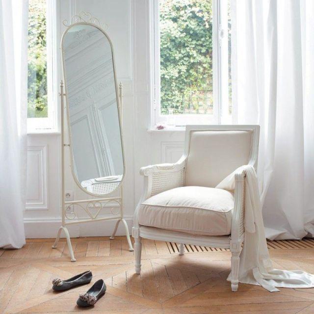 Decoração de casa: poltrona e espelho no espaço para vestir. Foto: Maison du Monde.
