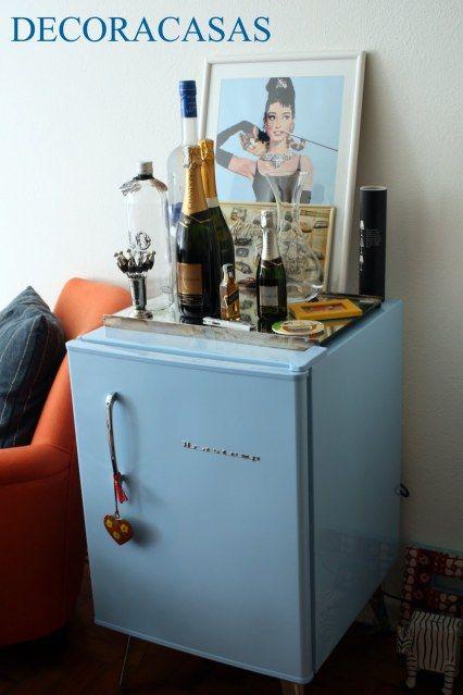 Bar em casa: decoração com geladeira frigobar retrô da Brastemp em azul, quadro Audrey Hepburn e bebidas.