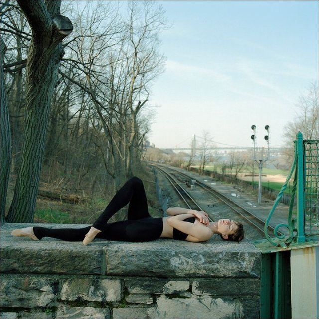 Ballerina Project: bailarina deitada no muro.